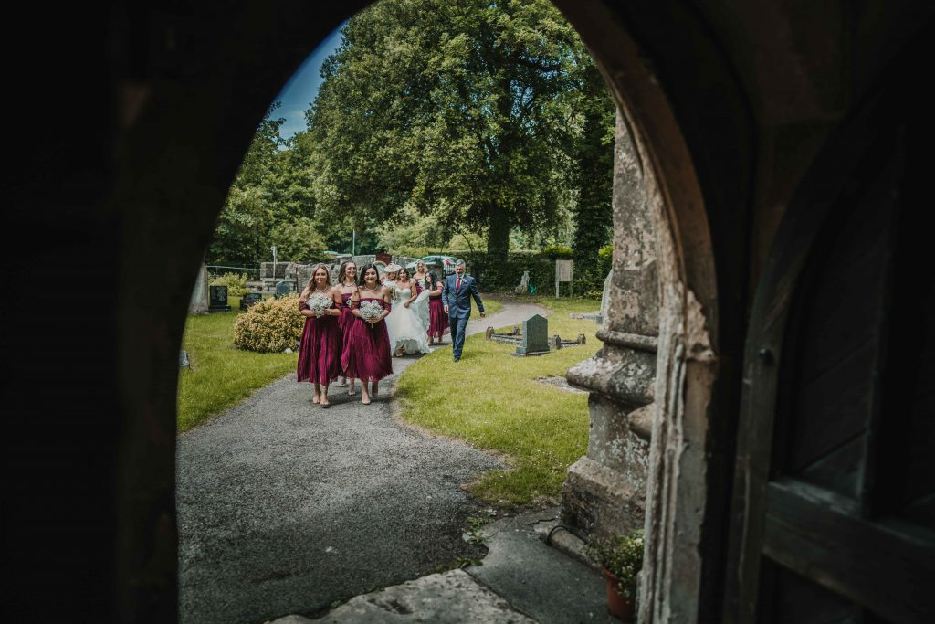 arriving_to_church_wedding_photography