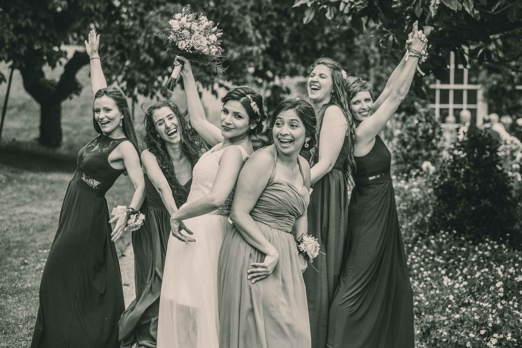 funny_wedding_photography_bride_and_bridesmaids
